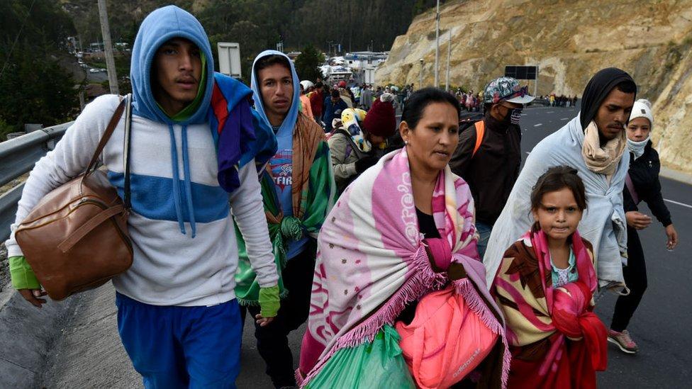 Migrantes venezolanos caminando por la carretera Panamericana.