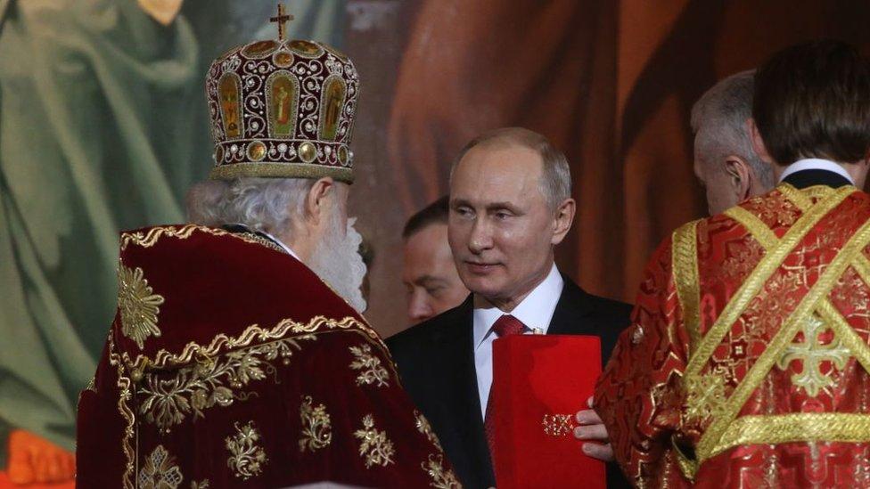 Vladimir Putin durante la celebración de una misa en la catedral Cristo Salvador, en Moscú