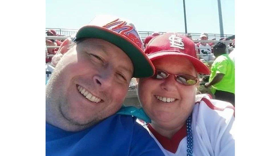Čovek i žena na bejzbol utakmici