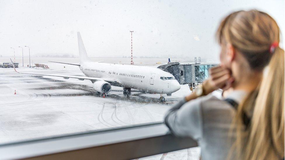 Por qué las aerolíneas hacen que los vuelos duren más tiempo a propósito? -  BBC News Mundo