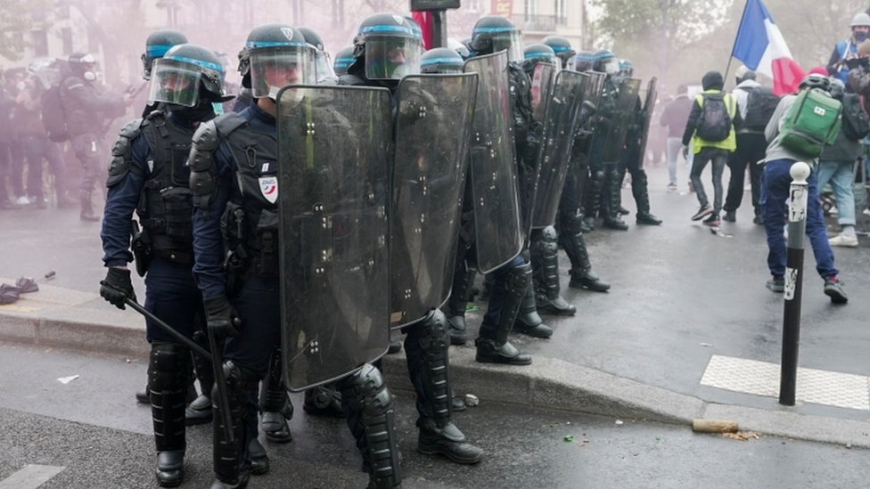 شرطة مكافحة الشغب الفرنسية أثناء الاشتباكات مع المتظاهرين في فرنسا