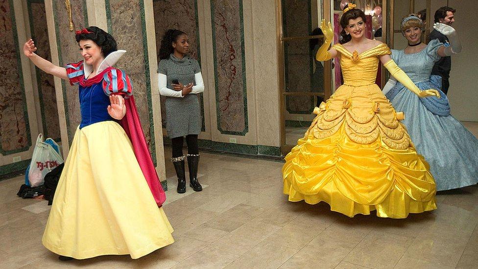 Blancanieves, Bella y Cenicienta son personajes más apegados a los roles tradicionales antiguos.