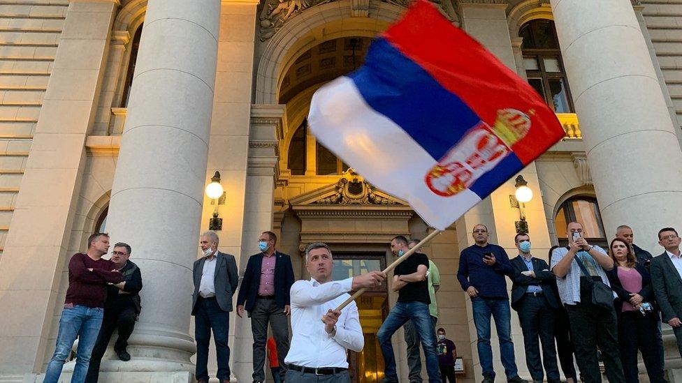 Između dve grupe raspoređeni su pripadnici policije i Žandarmerije, a saobraćaj u tom delu centra Beograda je zaustavljen.