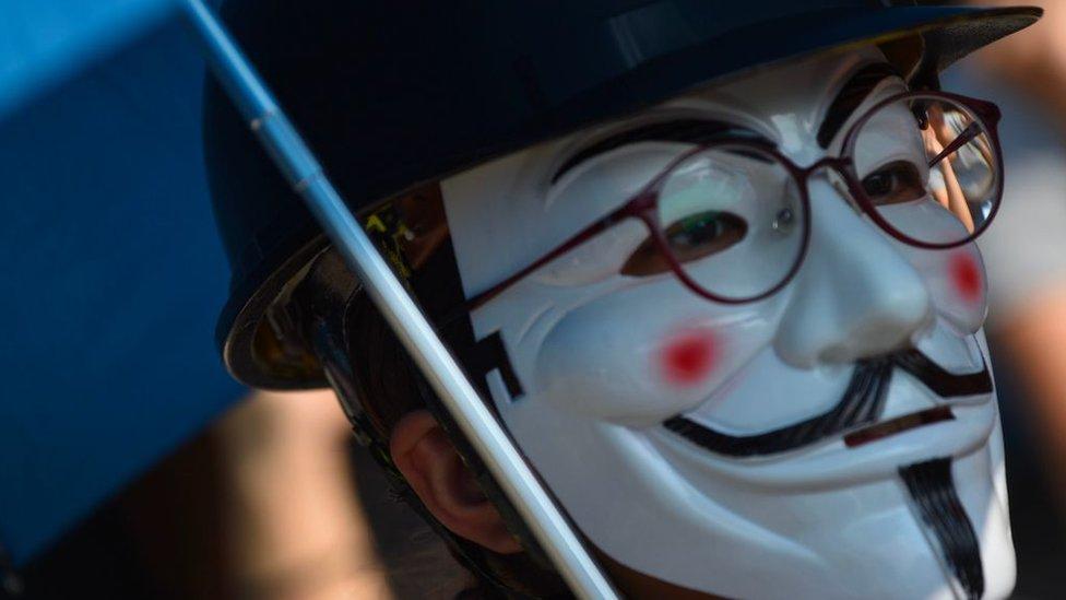 """香港示威者帶上面具,反對特區政府實施""""禁蒙面法""""。"""