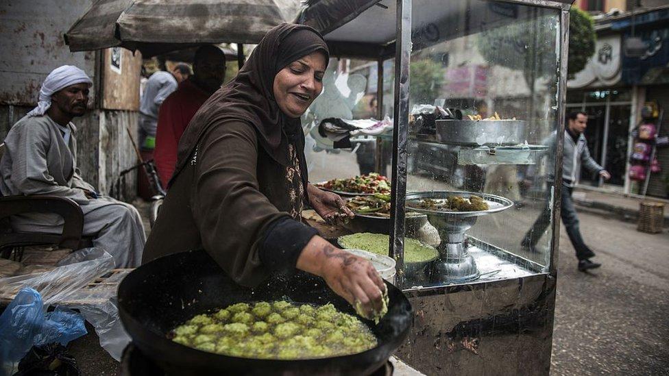 امرأة تعد الفلافل في مصر.