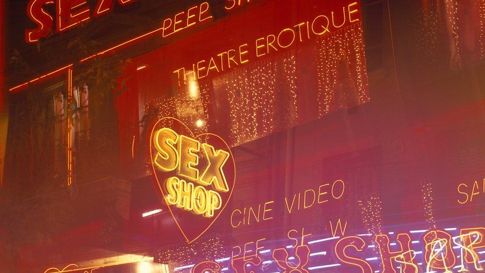 Cartel en neón de una tienda de juguetes sexuales