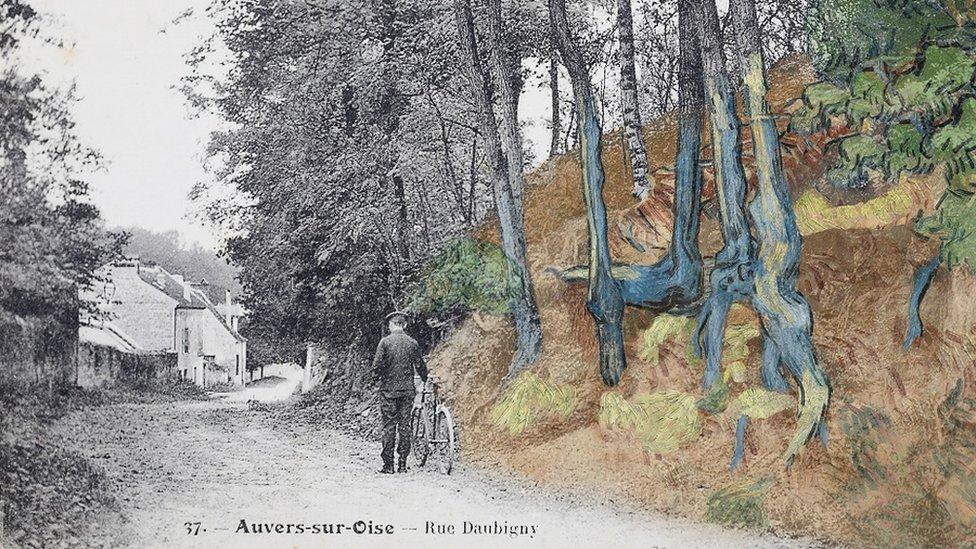Tarjeta postal 'rue Daubigny, Auvers-sur-Oise' sobrepuesta con la pintura 'Tree Roots' (1890) de Van Gogh,