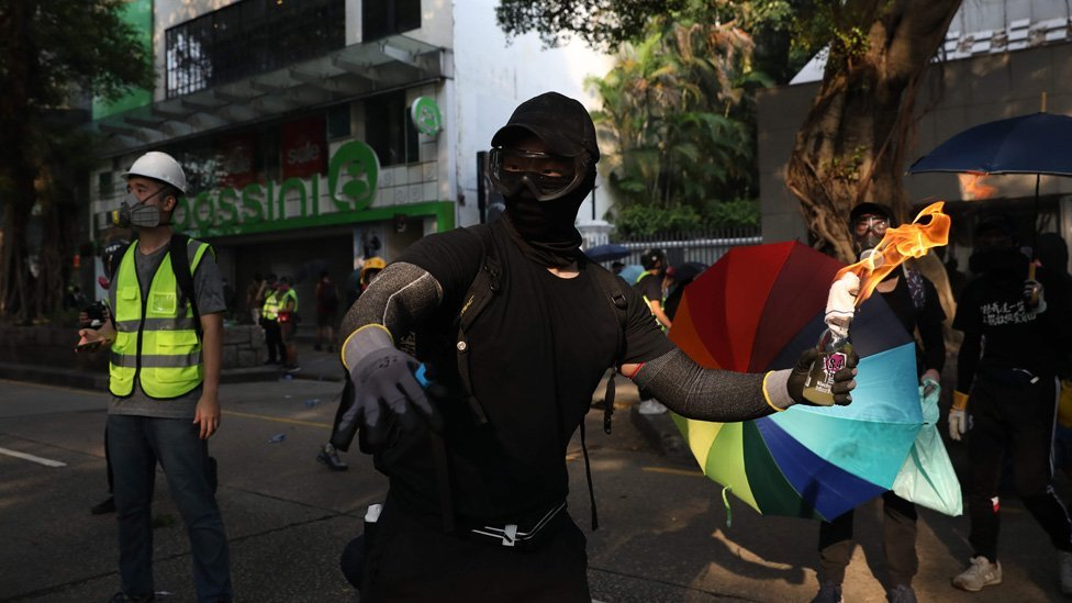 Протесты в Гонконге: полицейский участок забросали коктейлями Молотова