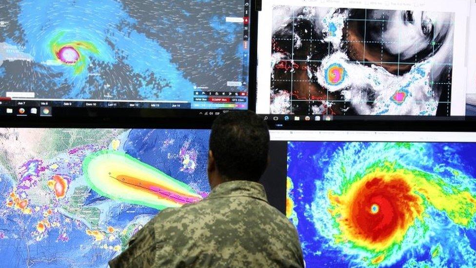 Un miembro del ejército de EE.UU. monitorea la trayectoria del huracán Irma.
