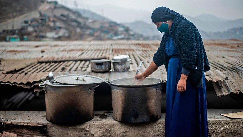 Mujer en las afueras de Lima, Perú.