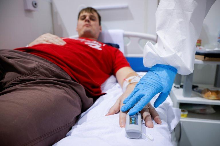 Un paciente en una cama de hospital