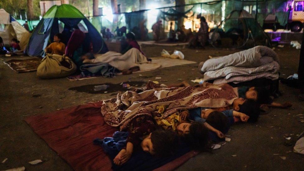 Afganos intentan buscan refugiarse fuera de las zonas de en las afueras de Kabul