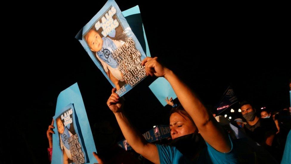 Mujer en contra de la despenalización del aborto.
