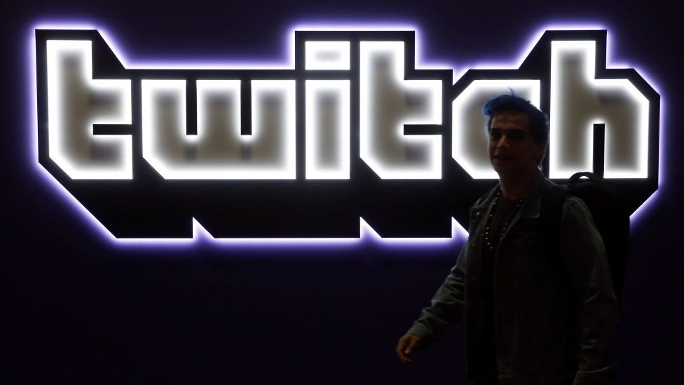 Logo de Twitch con luces en una pared.
