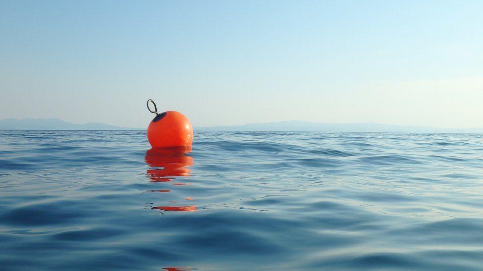 عوامة صيد في مياه المحيط