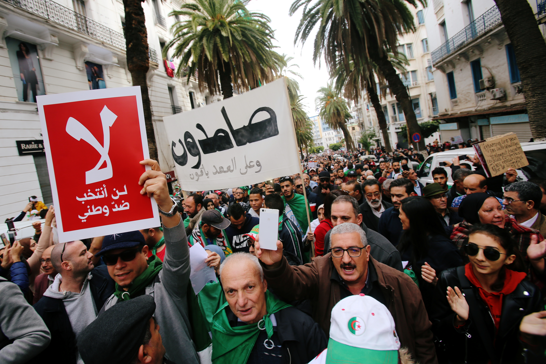 متظاهرون ضد الانتخابات