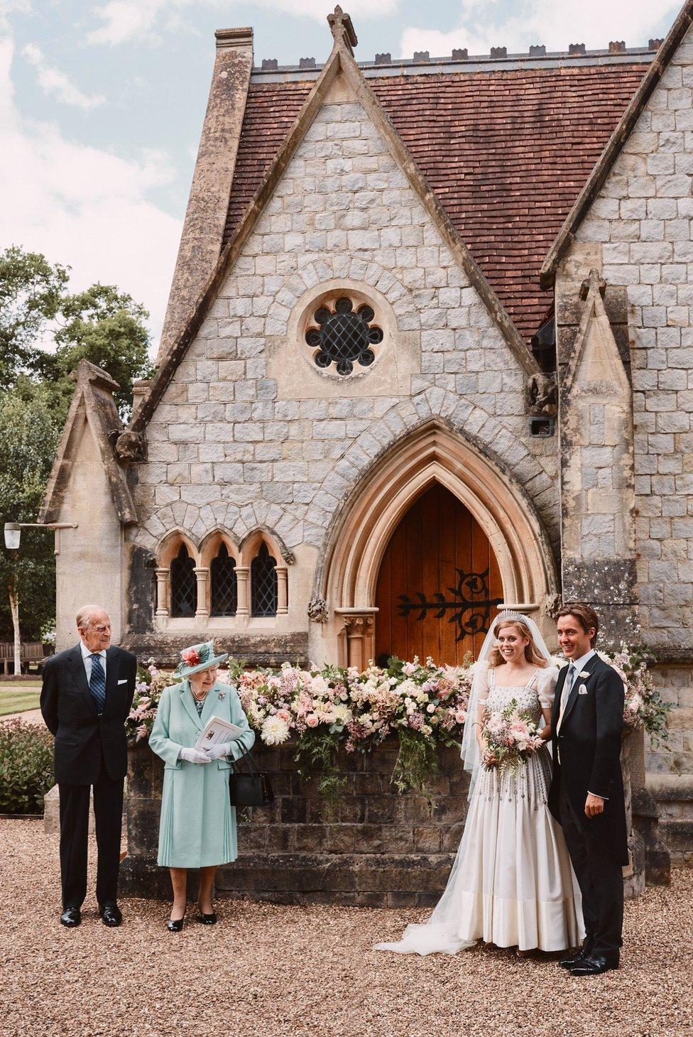 (從左至右)愛丁堡公爵菲利普親王、女王伊麗莎白二世、碧翠絲公主與夫君愛德華多·馬佩利·莫奇在溫莎諸聖皇家禮拜堂外合照(17/7/2020)