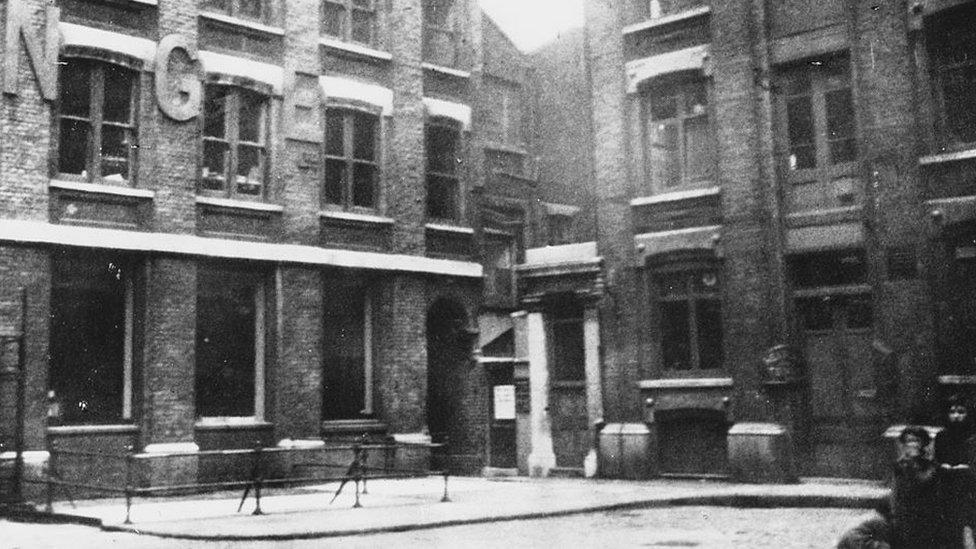 Mitre Square, una pequeña plaza de la City de Londres, tiene un pasillo con arcos que conduce al Pasaje de St James's (antes conocido como Pasaje de la Iglesia). Fue allí donde Catherine Eddowes fue asesinada por Jack el Destripador el 30 de septiembre de 1888. (Foto: 1928).