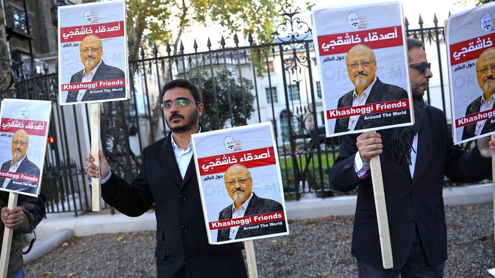 محتجون يقفون خارج سفارة السعودية في لندن تأييدا لخاشقجي