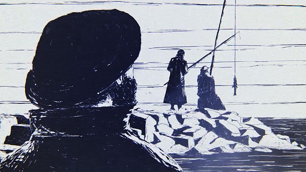 Hombre mira de lejos a dos pescadores