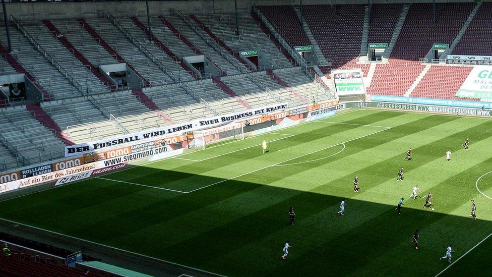 Un cartel en el estadio del Augsburgo