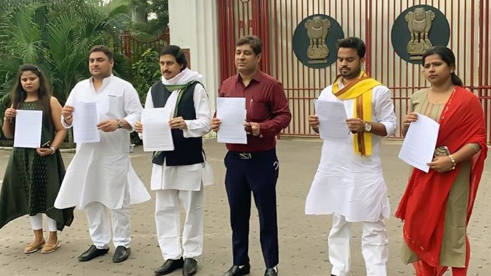 Congress party leaders in Bihar holding up letters demanding a CBI probe