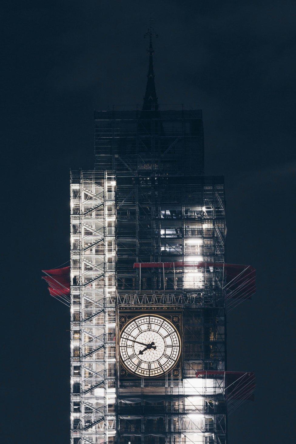 夜色中,被腳手架圍繞的大本鐘