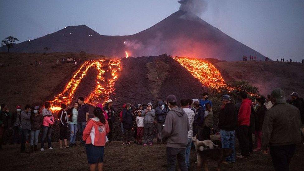 Volcán expulsando lava