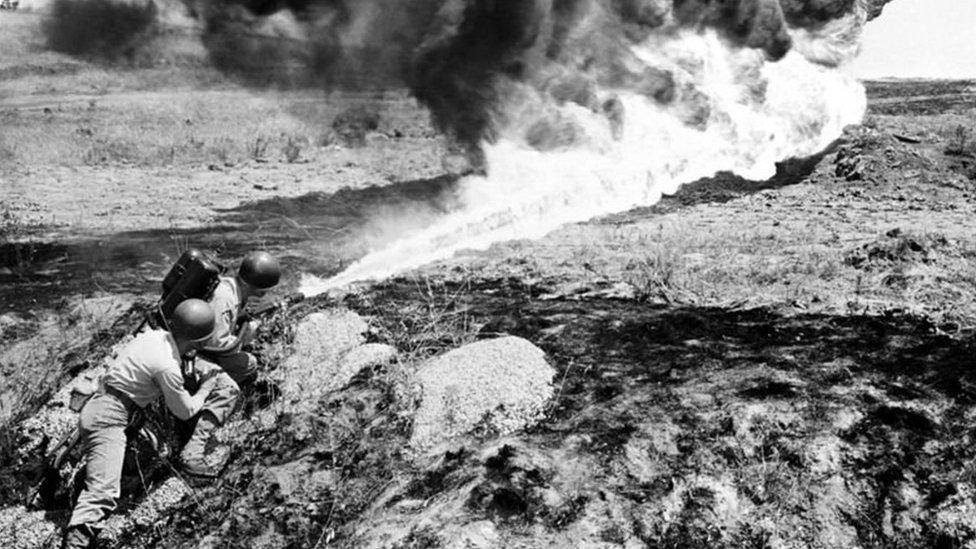 جنود أمريكيون يستخدمون قاذفة لهب ضد القوات الكورية الشمالية