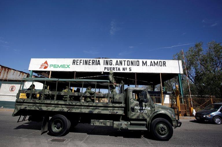 La nueva estrategia de AMLO incluye destinar a marinos y soldados a custodiar las instalaciones de Pemex.