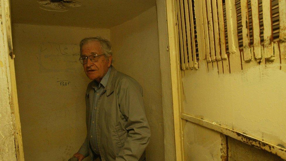المفكر والأكاديمي الأمريكي ناعوم تشومسكي في زيارة لمعتقل الخيام عام 2000 بعد انسحاب إسرائيل من جنوب لبنان(ما عدا مزارع شبعا)