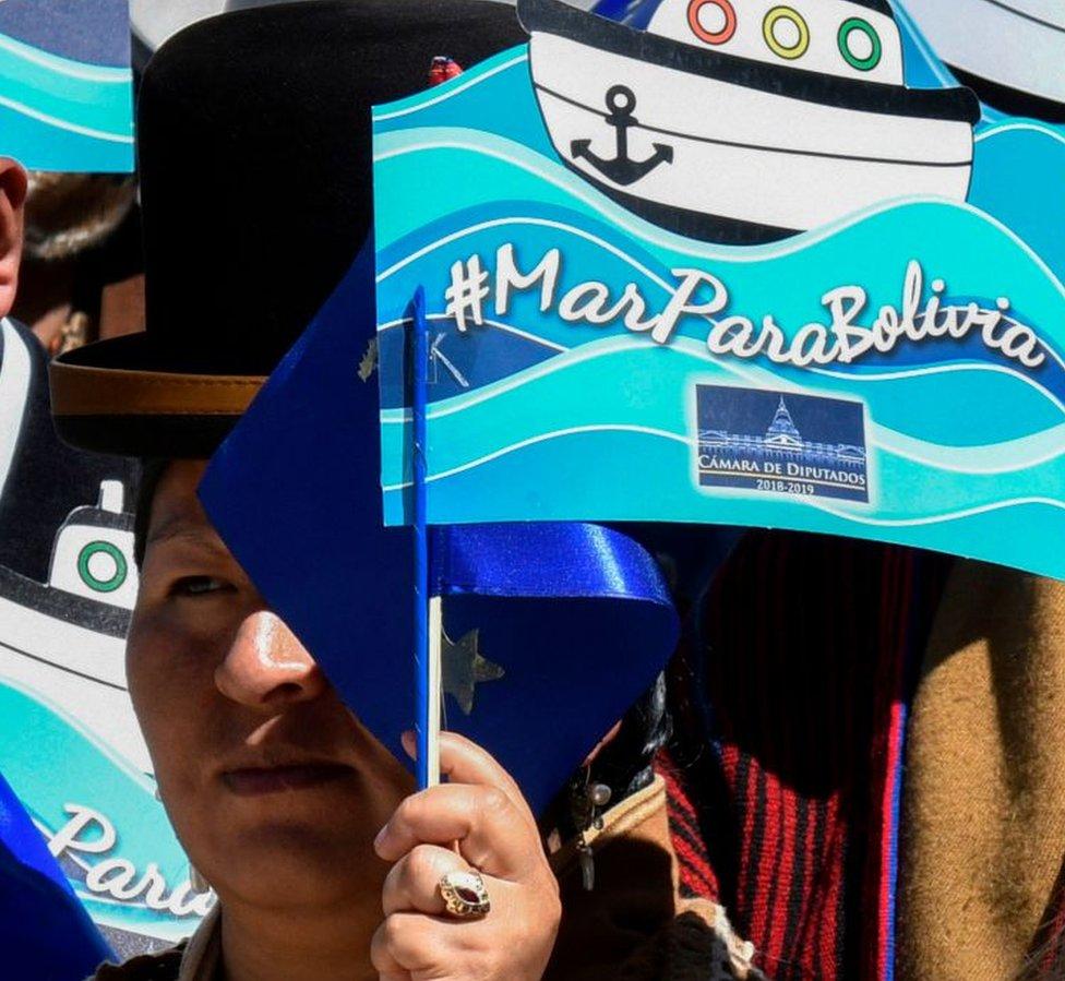 Boliviana con bandera marítima