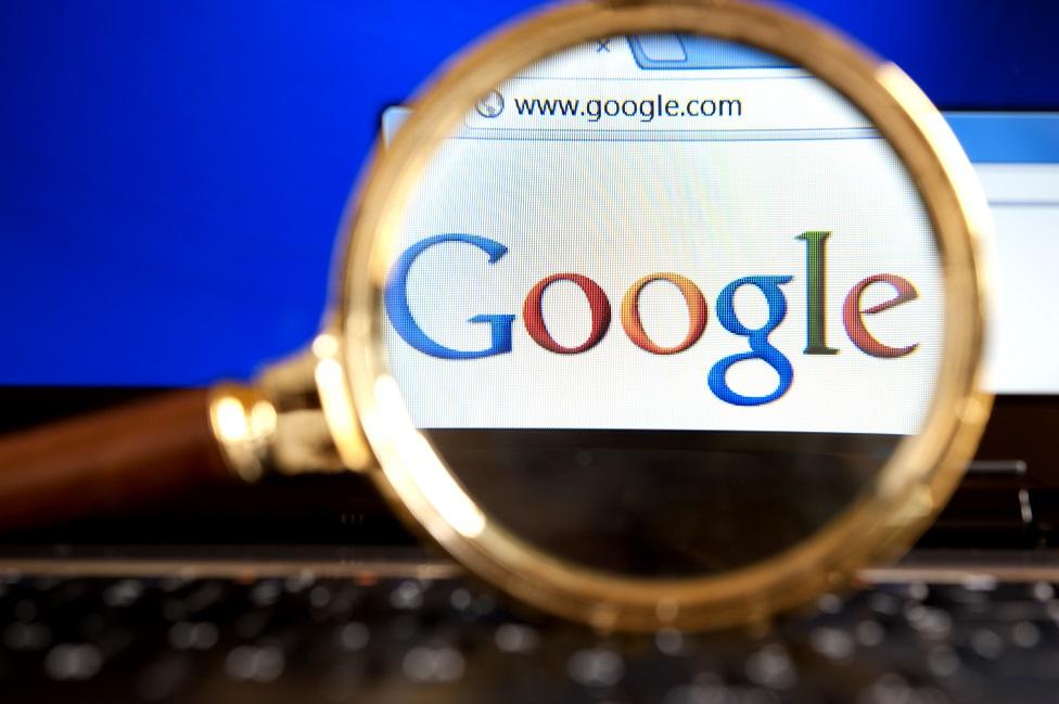 Una lupa sobre el logo de Google