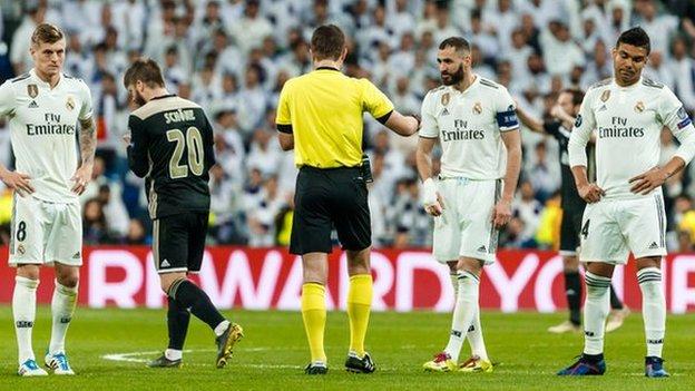 Real Madrid desperdició una ventaja de 2-1 y quedó eliminado por el Ajax en los octavo de final de la Champions League.