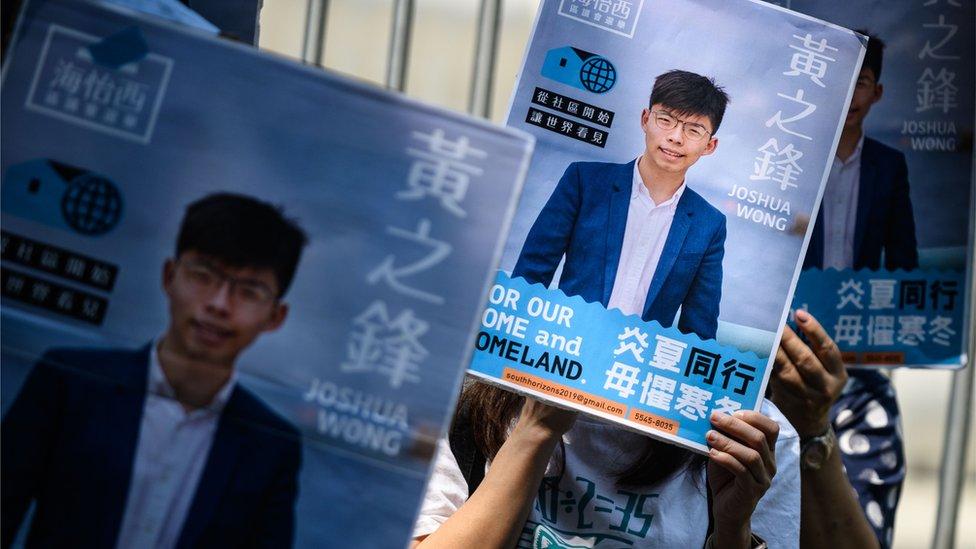 黃之鋒是這次選舉中,唯一一個指選舉主任指支持香港獨立而被取消參選資格的參選人。