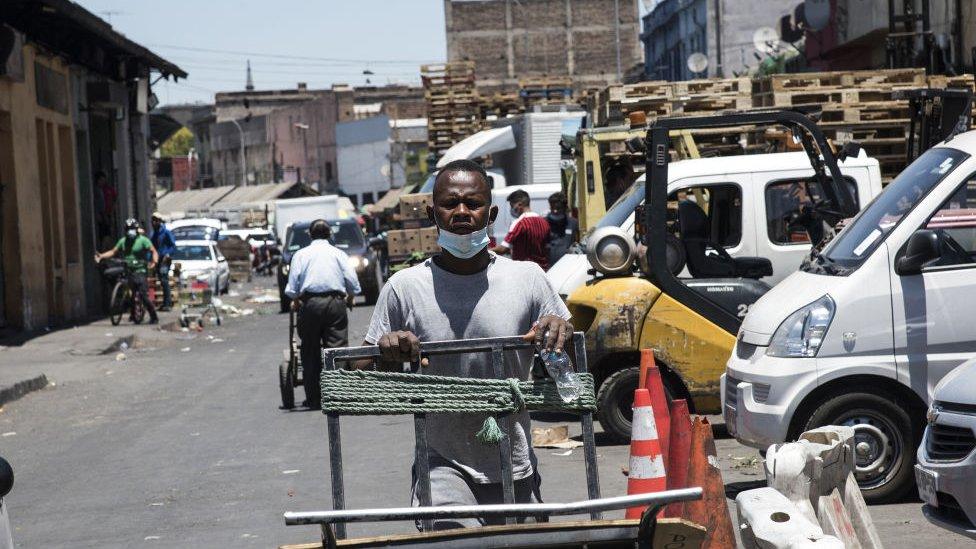 Haitiano trabaja en el centro de Santiago