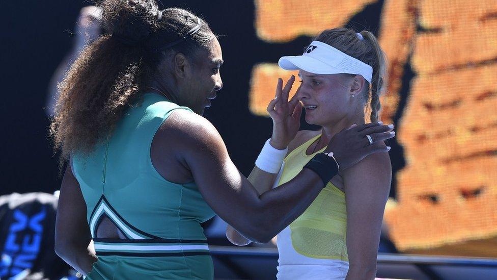 لاعبة التنس الأمريكية سيرينا وليامز تواسي الأوكرانية ديانا ياستريمسكا التي خسرت أمامها في بطولة أستراليا المفتوحة في ملبورن في شهر يناير 2019