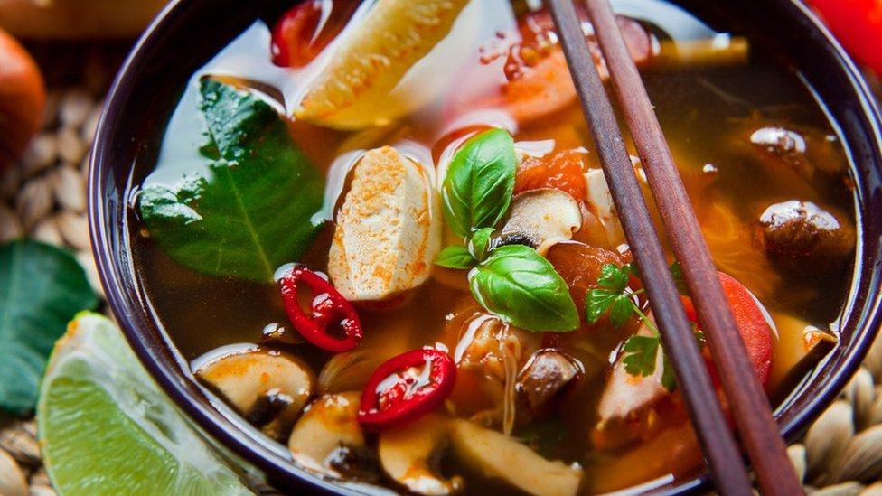 Тарілка з тайським веганським супом