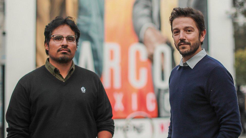 Diego Luna posando con un colega de la serie Narcos