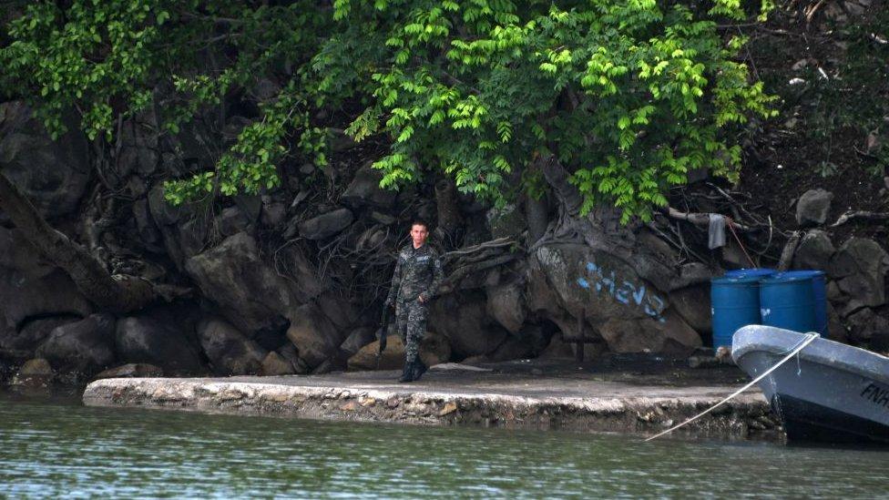 Soldado hondureño en Isla Conejo.