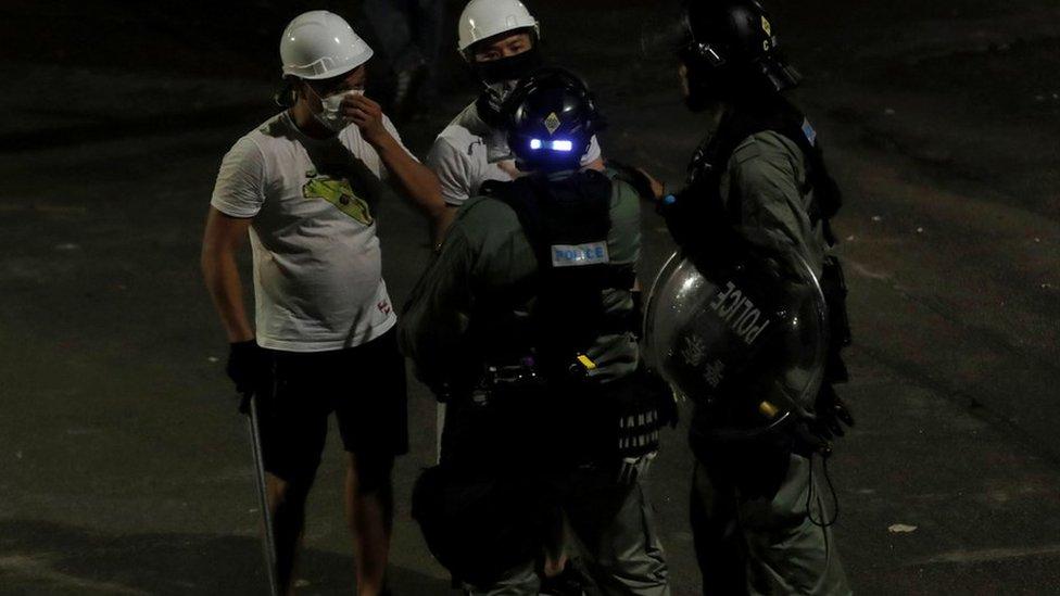 2019年香港示威浪潮中,支持示威者一方指警察故意拖慢前往現場的速度,容許途人被襲擊,但警方否認說法。