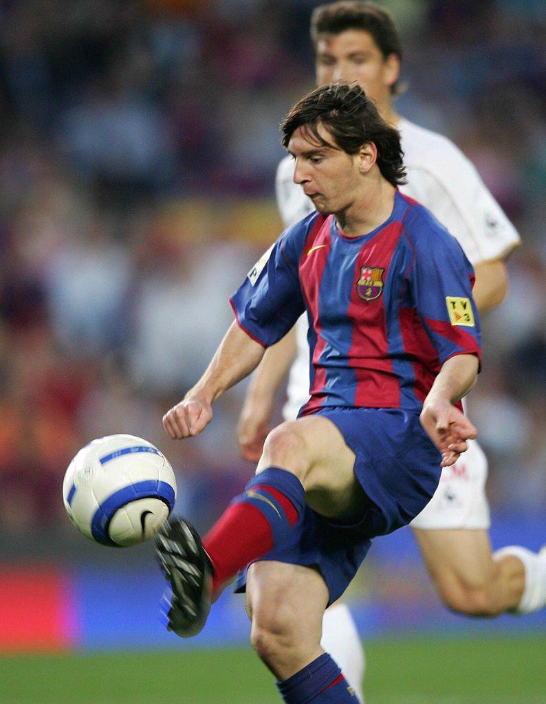 Lionel Messi toca sutilmente la pelota para marcar su primer gol.