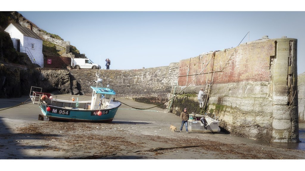 Pnawn bach i synfyfyrfio yn Harbwr Porthgain // A quiet afternoon for reflection at Porthgain Harbour, Pembrokeshire