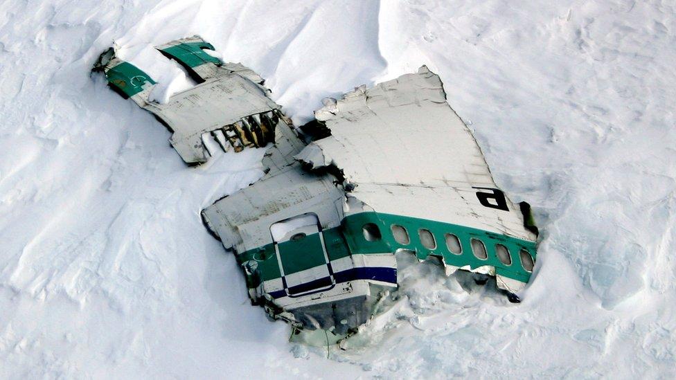 Olupina aviona još se nalazi na planini, fotografija iz 2004. godine