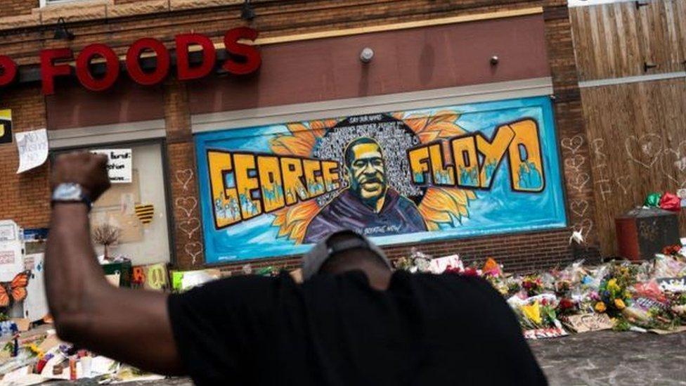 يثير مقتل جورج فلويد يوم الاثنين قبل الماضي احتجاجات عنيفة في أنحاء الولايات المتحدة