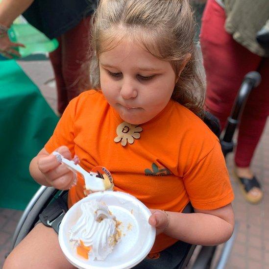 Catalina comiendo torta sola con una cuchara