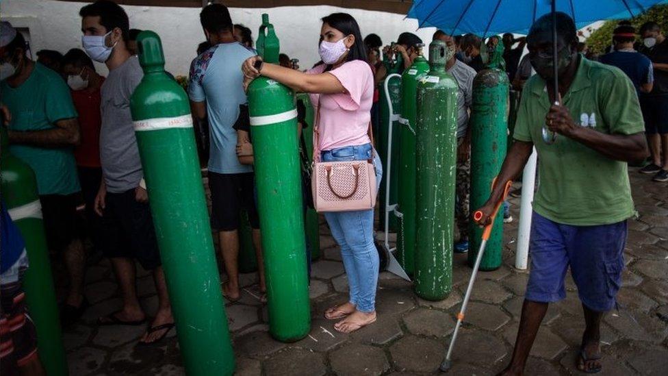 Pessoas com tubos de oxigênio em Manaus