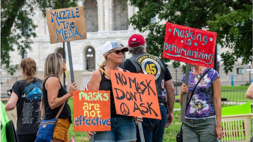 Manifestantes contra las mascarillas