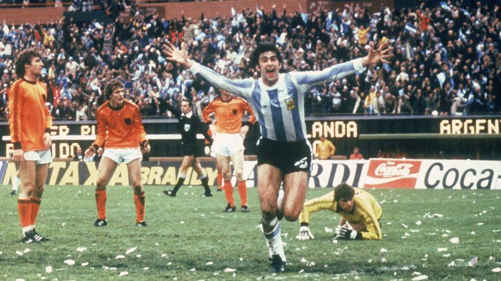 Mario Kempes de Argentina celebra su gol contra Holanda en la final del Mundial de 1978.
