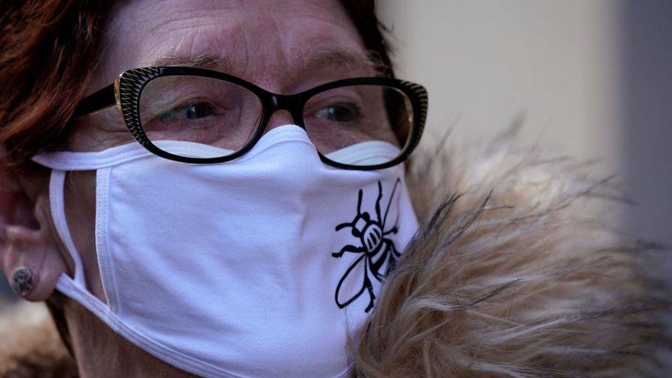 İngiltere'de maske takmış bir kadın